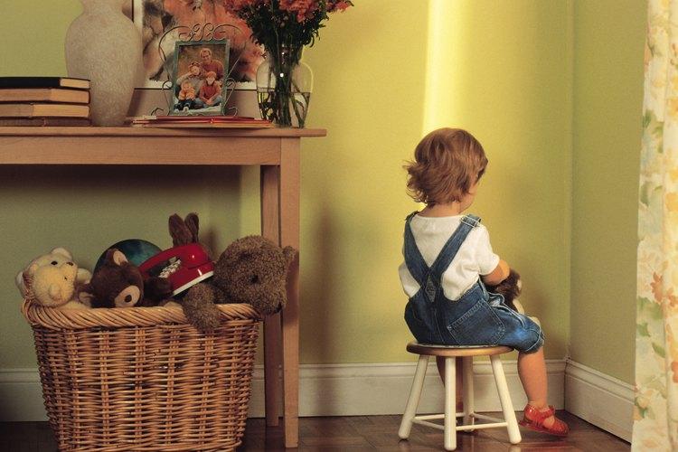 Si bien esta forma de disciplina no es exactamente punitiva, los padres deben asegurarse de que el tiempo de espera sea libre de distracciones o actividades placenteras, como la televisión o la presencia de juguetes cerca.