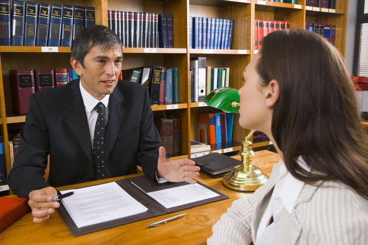 Asistente legal trabaja en la oficina.