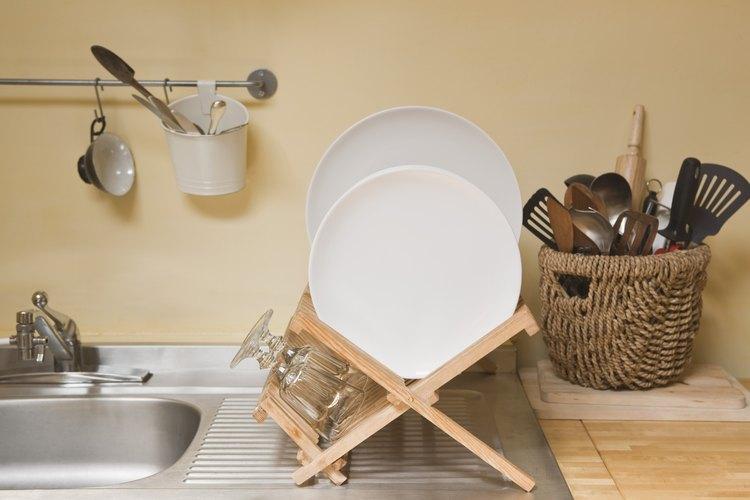 Un salpicadero detrás de un lavabo de cocina es útil para prevenir manchas y líos.