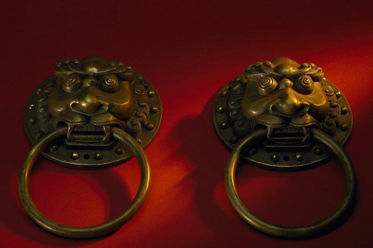 Los tiradores de bronce de los cajones aportan funcionalidad y belleza al mobiliario.