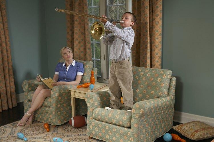 Durante el juego de roles, una silla puede convertirse en un escenario para un aspirante a músico.