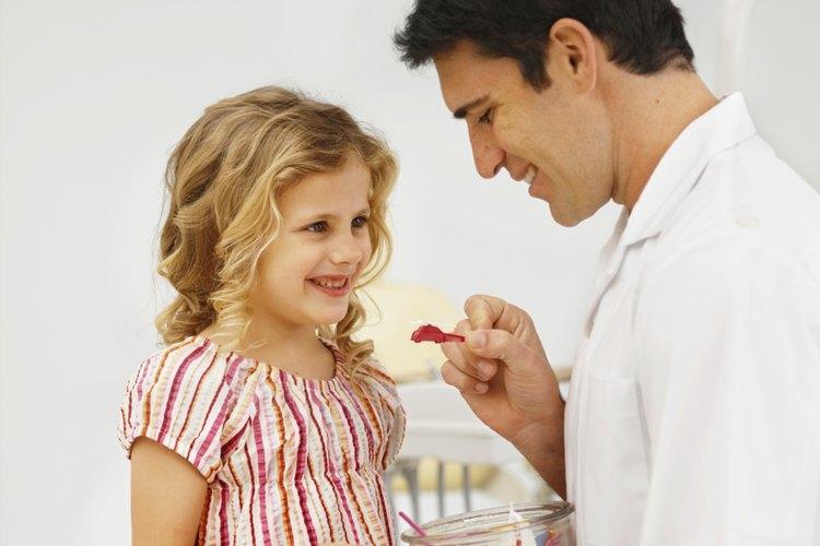 Mantén un frasco de juguetes especiales para recompensar a tu hijo.