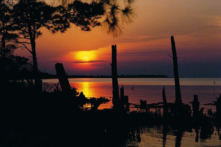 Los atardeceres dorados, elegancia de Mobile Bay cerca de Fort Morgan.