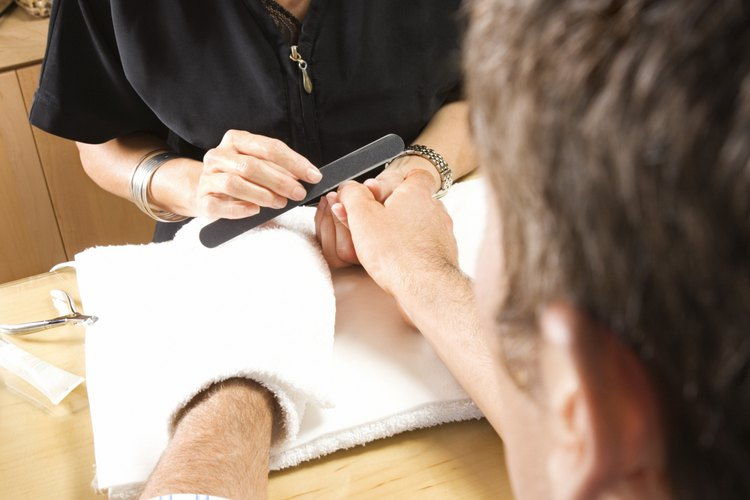 La sección de belleza en una farmacia o en las grandes tiendas por departamentos contienen las herramientas básicas de manicura.