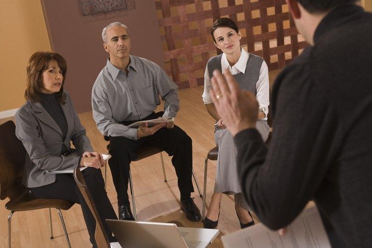 Un buen moderador puede mantener la atención de un panel.
