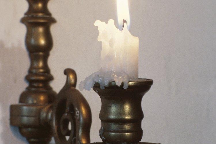 Puedes quitar la cera de tus candelabros siguiendo estos simples pasos.