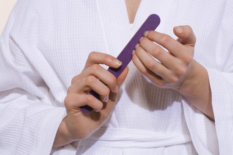 Mantén las uñas lijadas para evitar un daño mayor.