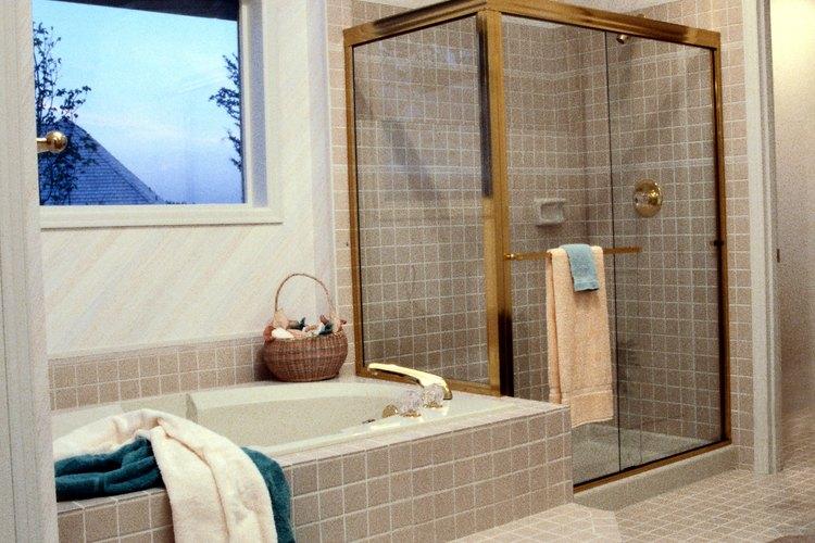Ducha/tina completa. Nota el anillo cuadrado de azulejos alrededor del drenaje de la ducha, que permite una colocación más fácil de los azulejos.