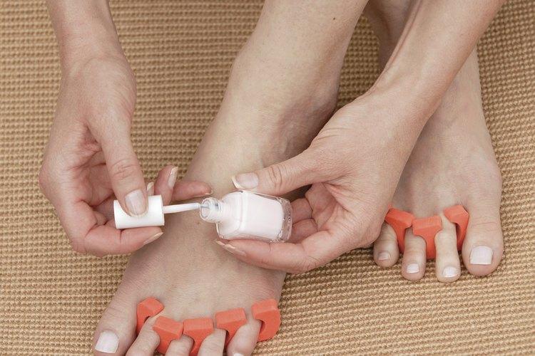 Cómo pintar flores pequeñas en las uñas de los pies  