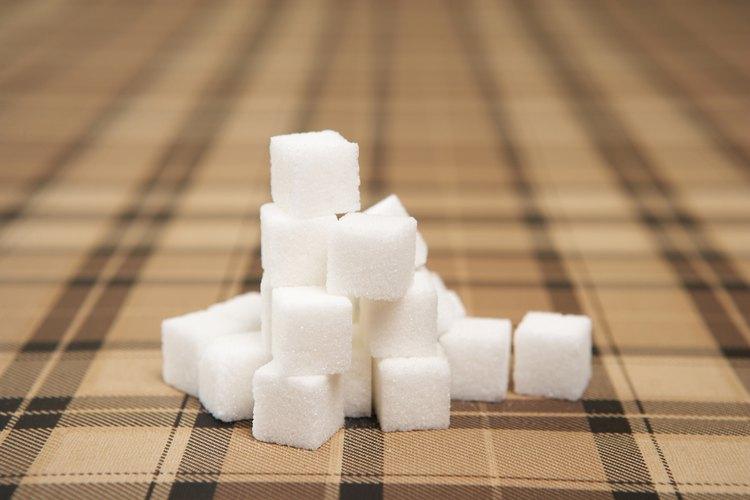 Mide la mitad de 3/4 taza de azúcar con precisión.
