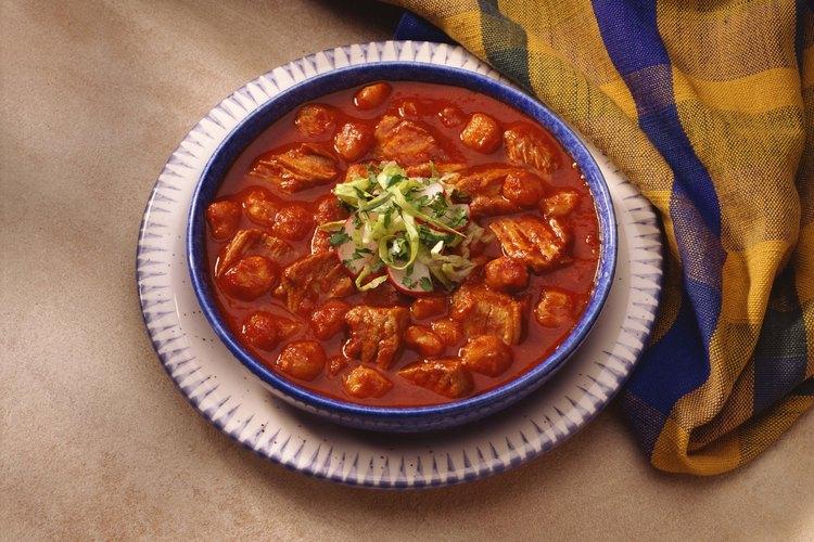Agrega maíz seco cocido al tradicional pozole del sudoeste.