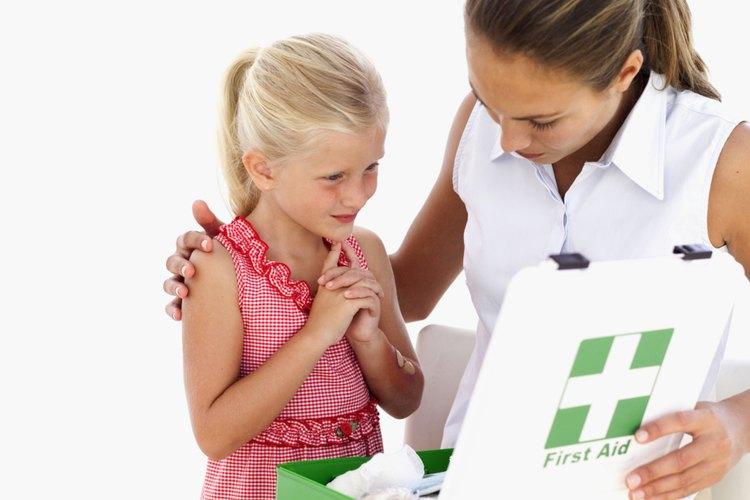 Explicar primeros auxilios a tus hijos ayuda a prepararlos para responder de manera apropiada.