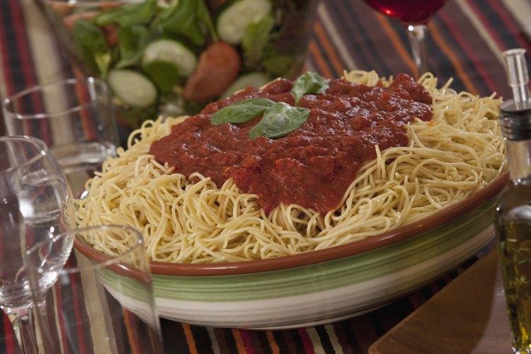 Las hierbas frescas le dan sabor a la salsa de tomate de lata.