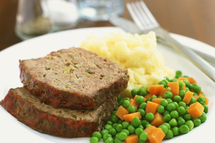 Usa avena, pan rallado o copos de patatas para hacer un pastel de carne sin huevo.