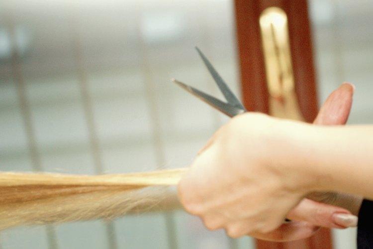 El cabello es cortado en un ángulo para crear diferentes capas.