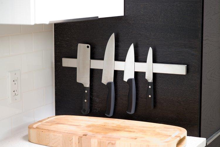 Una colección estándar de cuchillos de cocina.