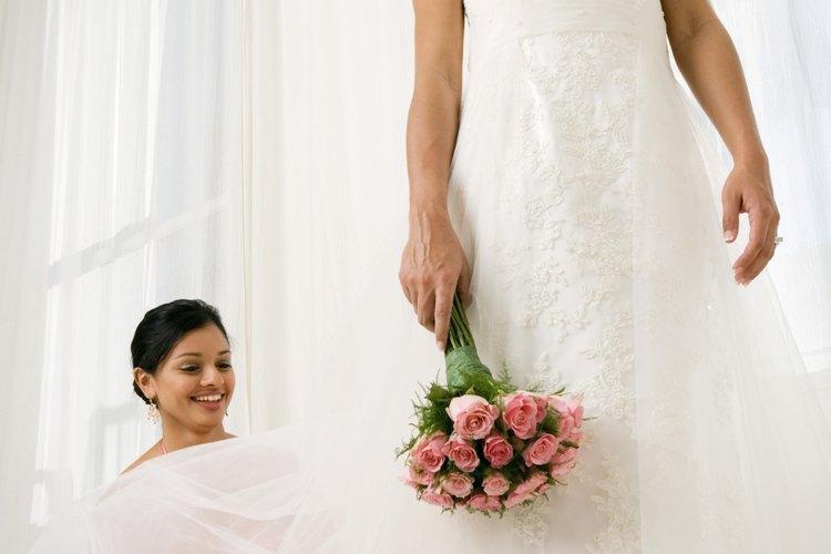 Pide a tu dama de honor que estire tu cola durante el día de tu boda.
