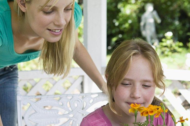 Una actividad tan simple como plantar una flor se convierte en un evento especial al compartirla con tu hijo.