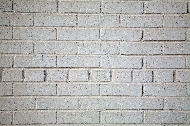 Aplica cal a las paredes de ladrillos, madera y yeso.