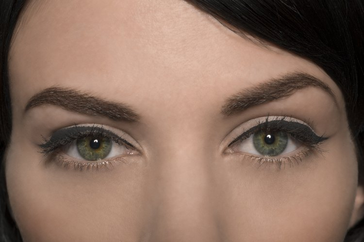 Las cejas con la forma correcta llevan la atención a tus ojos.