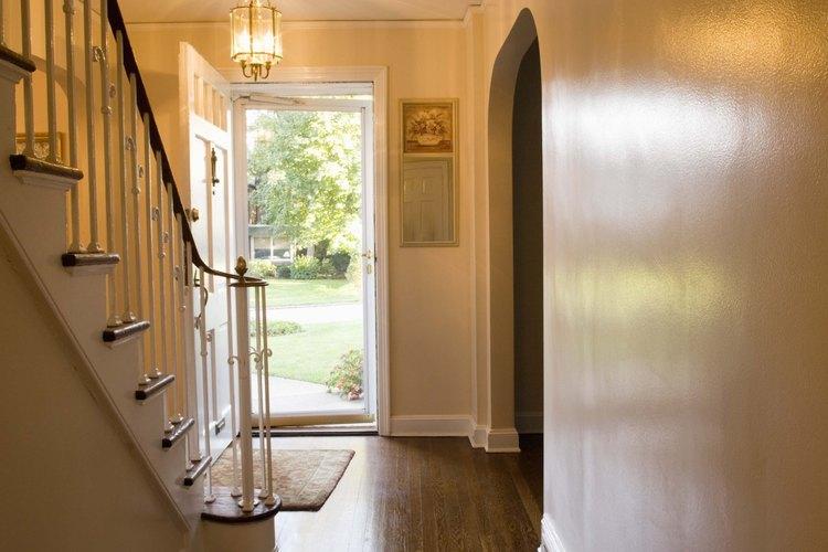 Varias técncias de pulido pueden mantener brillosos los pisos duros.