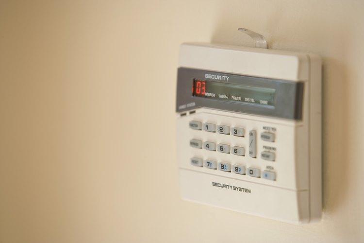 El panel de alarma controla el sistema pero no le aporta energía. El teclado recibe energía del panel principal de seguridad.