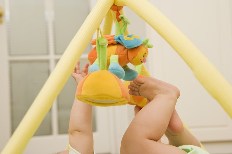 Las actividades de Piaget comienzan en la infancia y pueden ser tan simples como explorar un juguete.