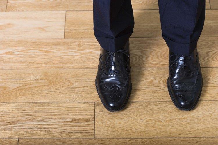 Una buena lustrada puede hacer que los zapatos de negocios luzcan profesionales y limpios. Asegúrate de usar un lustre del color de tus zapatos.