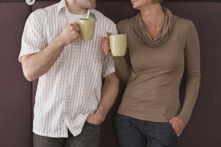Un hombre bajo se verá un poco más alto si se mete la camisa dentro del pantalón.