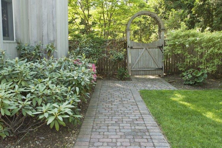 Los adoquines ofrecen un camino para el patio casual y resistente.