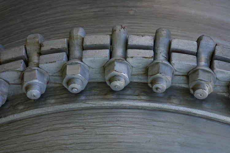 La galvanización añade un recubrimiento de meras milésimas de pulgadas de espesor a un perno.