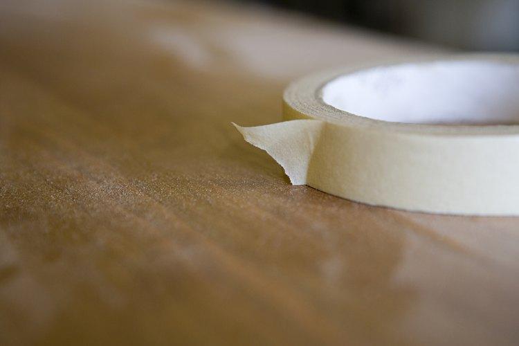 Coloca la cinta adhesiva a lo largo de la suela de tus zapatos.