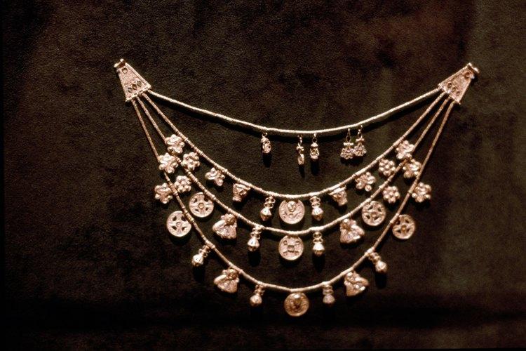 Los collares de cadena funcionan bien con una amplia gama de modas.