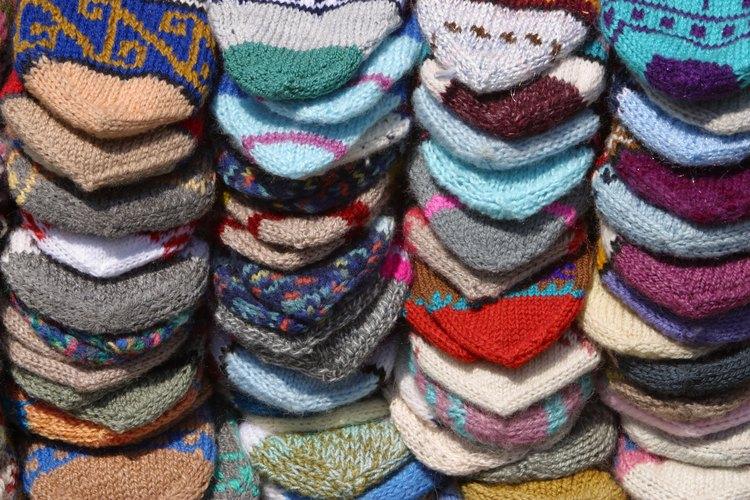 Doblando los calcetines mantendrás tu cajón de calcetines o estante organizados.