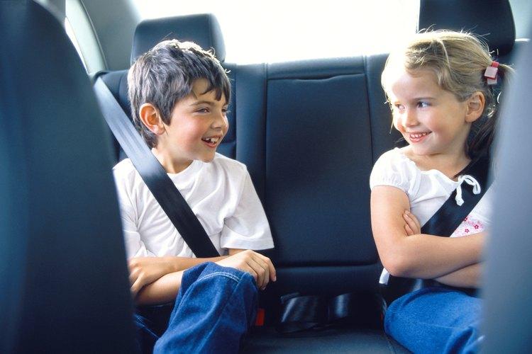 El asiento trasero es más seguro para los niños menores de 13 años y de menos de 4 pies y 9 pulgadas de altura.