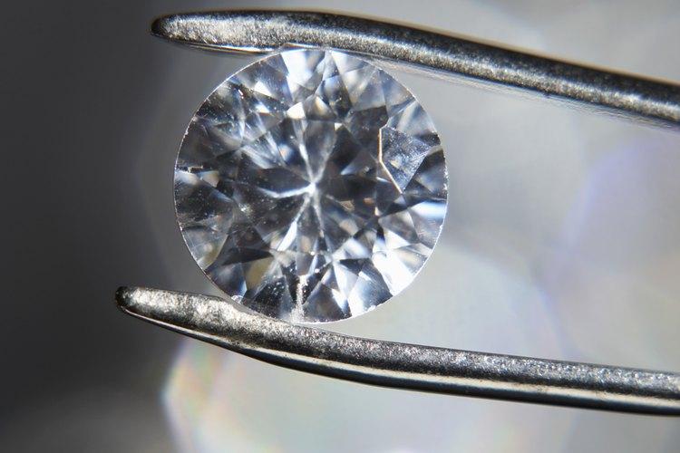 El valor de un diamante se calcula combinando ciertos factores: el peso, el corte, la claridad y el color.