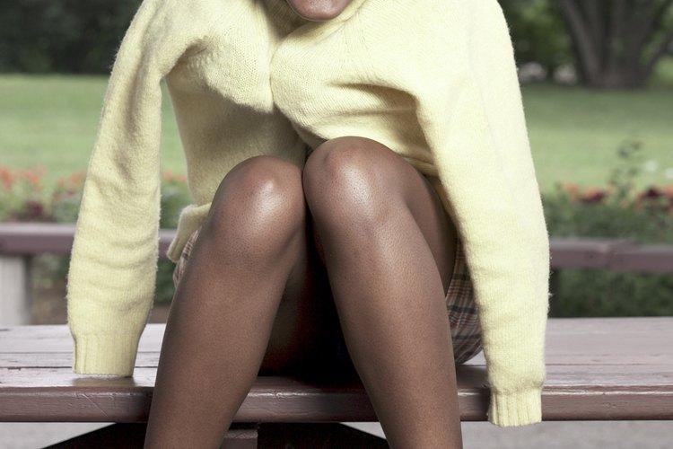 Una mujer con mangas de suéter prominentes.