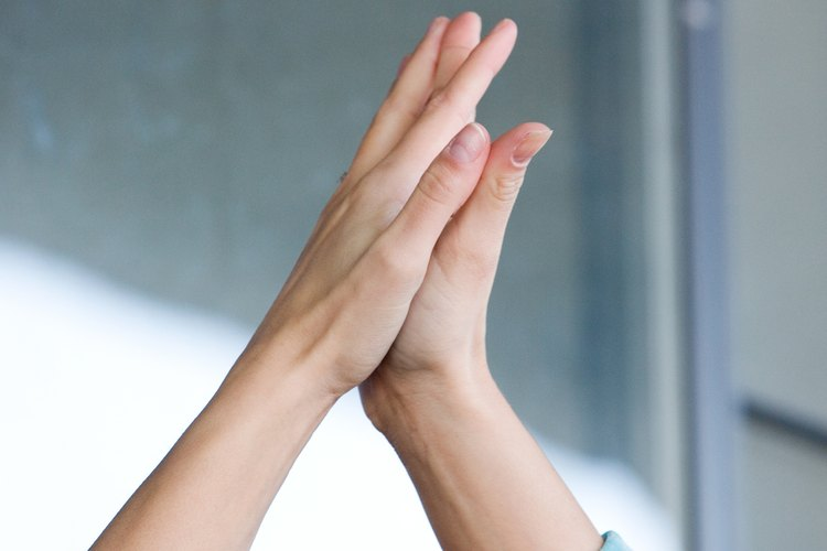 Pasa los dedos meñiques de ambas manos.