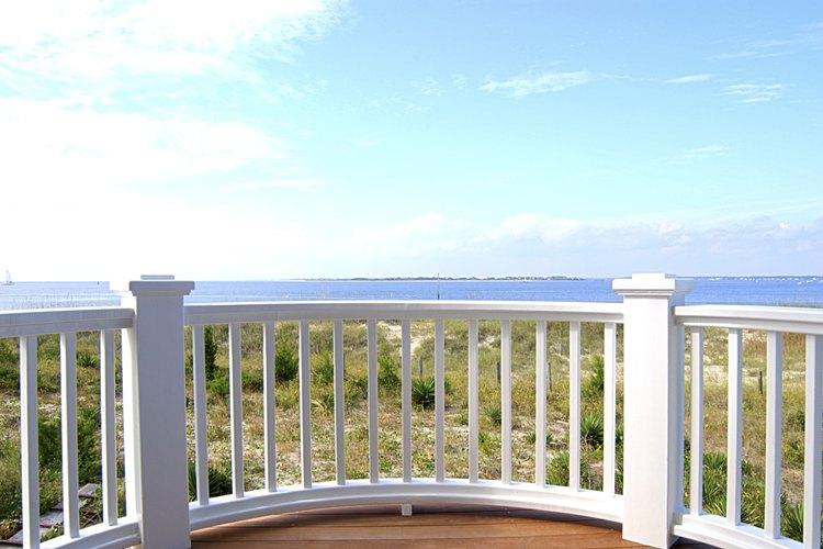 Las barandas de madera le ofrecen seguridad a las personas mientras están en balcones exteriores.