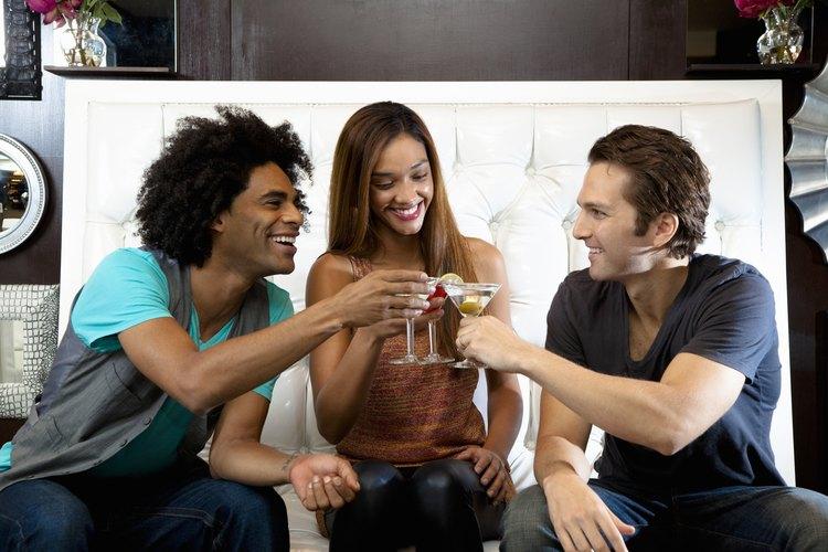 Los accesorios de cóctel y vino son regalos geniales para una chica de 21 años.