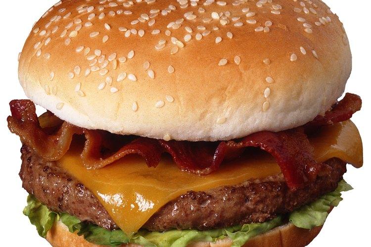 La hamburguesa de queso y tocino es una comida sabrosa.
