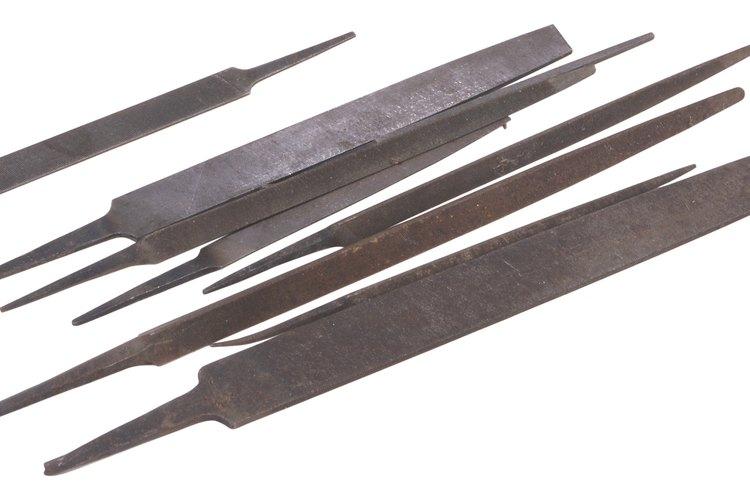 Una lima bastarda plana es la mejor herramienta para bordes laminados.