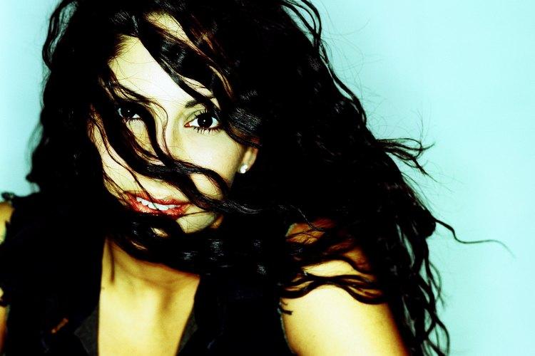 Las mujeres con cabello negro azabache tienden a enfrentar desafíos que las mujeres con otros colores de cabello no enfrentan.