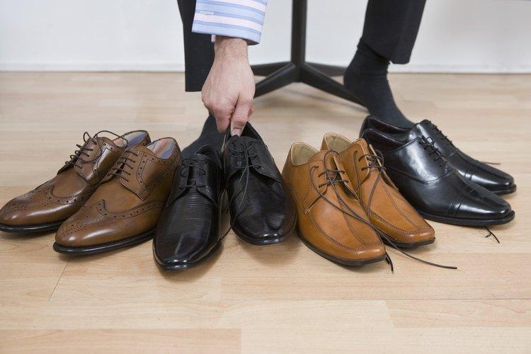 Aplica super pegamento al tacón o punta floja de un zapato.