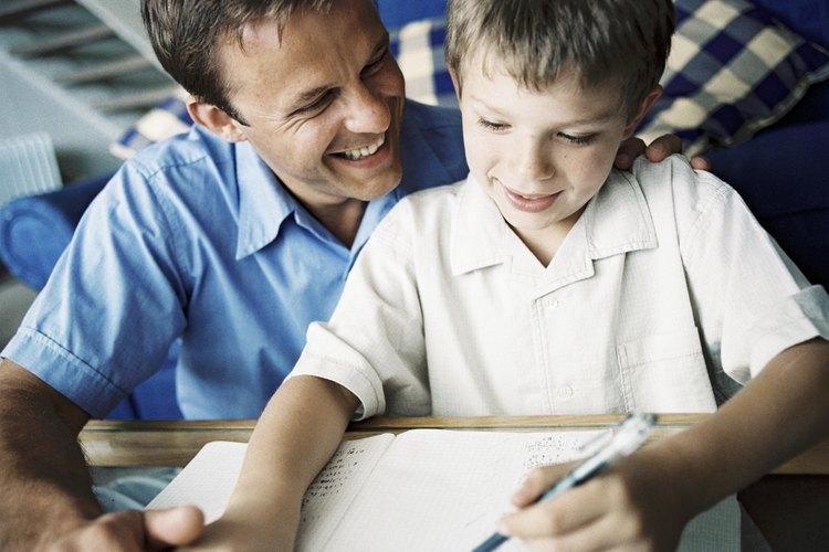Ofrécele muchos refuerzos positivos a tu hijo cuando practique su escritura.