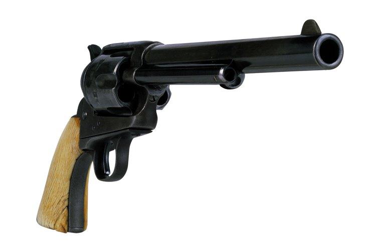 El pavonado produce un acabado oscuro en las armas de fuego que previene que se acumule el óxido.