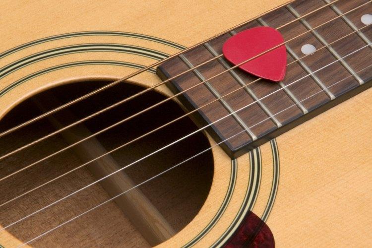 Haz un collar con una púa de guitarra en unos pocos pasos.