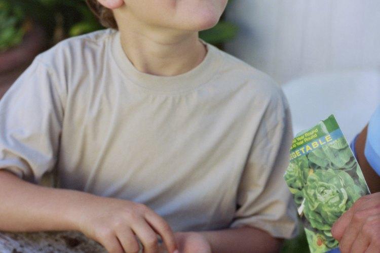 Niño con semillas.