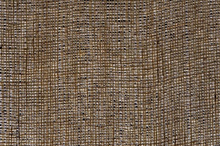 Haz cortinas rústicas de arpillera para cubrir tus ventanas primitivas.