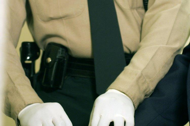 Los alguaciles tienen diferentes funciones en las salas de audiencias.